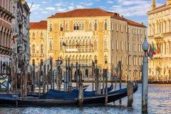 Gondels in Grand Canal dichtbij de Universiteit van Venetië worden vastgelegd dat royalty-vrije stock afbeeldingen