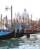 Gondels, lantaarn en Basiliek, Venetië Stock Foto's