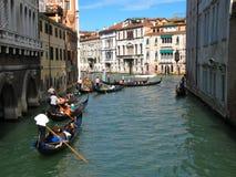 Gondels op de kanalen van Venetië stock foto