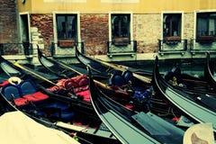 Gondels op het kanaal in Venezia Stock Afbeeldingen