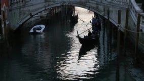 Gondels op kanaal in Venetië stock video