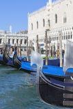 Gondels - symbool van Venetië, bij de haven vóór Doge` s Paleis, Venetië, Italië stock fotografie