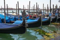 Gondels in Venetië De gondels worden vastgelegd bij de meertrosposten Venetië, Italië stock afbeeldingen