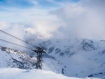 Gondelturm in den Alpen stockbilder