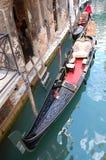 Gondelunternehmen im Kanal venece Stockbilder