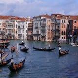 Gondelverkeer in het grote kanaal van Venetië Italië stock afbeelding