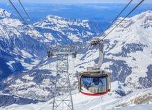 Gondol för Rotair kabelbil på Mt Titlis i Schweiz Arkivfoto