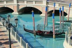 Gondol i en kanal, ett Venetian semesterorthotell och en kasino, Las Vegas, Royaltyfri Foto