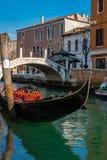 Gondol kanal av Venedig, Italien royaltyfria foton