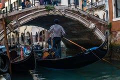 Gondol kanal av Venedig, Italien arkivfoto