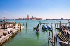 Gondol med turisten i Venedig, Italien Arkivbilder