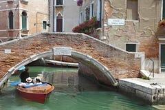 Gondol med turister i kanalen, Venedig Arkivfoton