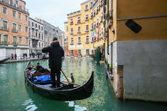 Gondol med turister i Venedig Royaltyfri Fotografi