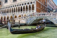 Gondol nära slott för doge` s i Venedig, Italien Arkivbild