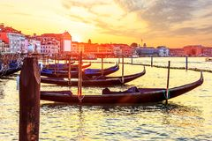 Gondol och vaporettohamnplats nära doges slott i den Venetian fängelsekunden royaltyfria bilder