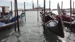Gondol på det glänsande vattnet i Venedig som är främst av campanilen, Italien Royaltyfri Fotografi