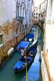 Gondol på en smal Venetian kanal arkivfoto