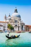 Gondol på kanalen som är stor med basilikadi Santa Maria della Salute, Venedig, Italien fotografering för bildbyråer