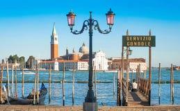 Gondol på kanalen som är stor med den San Giorgio Maggiore kyrkan i Venedig, Italien arkivfoto