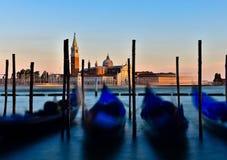 Gondol som förbiser Giorgio Island, Italien på solnedgången Arkivbild