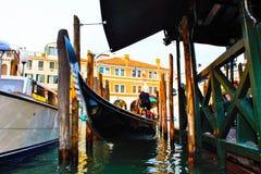 gondol som förtöjas i Venedig, gondolen, halv Venetian historiker arkivbilder