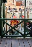 Gondol som förtöjer i den Venedig staden i morgon Royaltyfri Foto
