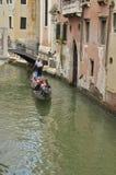 Gondol som korsar en liten kanal Arkivfoton