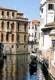 Gondol som svävar längs kanalen i Venedig Arkivfoto