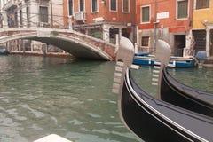 Gondol två i Venedig nära pir Royaltyfri Fotografi