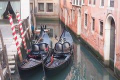 Gondol två i Venedig nära pir Fotografering för Bildbyråer