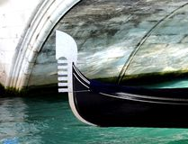 gondol under bron i vattenvägen i venice Italien Arkivfoton