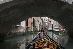 Gondol under en bro i Venedig Royaltyfri Foto