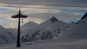 Gondola al rallentatore dell'ascensore di sci Montagne nevose di inverno a fondo stock footage
