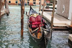 gondola attraccata a Venezia fotografie stock libere da diritti