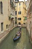 Gondola in canale stretto Fotografie Stock Libere da Diritti