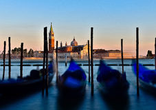 Gondola che trascura Giorgio Island, Italia al tramonto fotografia stock