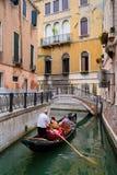 Gondola con i turisti su un canale stretto a Venezia Fotografie Stock Libere da Diritti