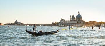 Gondola con l'orizzonte di Venezia al crepuscolo immagini stock libere da diritti