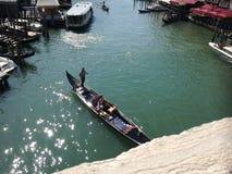Gondola con le gondoliere ed i passeggeri a Venezia Fotografie Stock Libere da Diritti