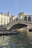 Gondola crossing the Rialto bridge Royalty Free Stock Photography
