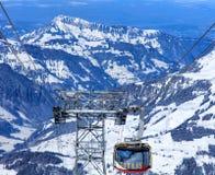 Gondola della cabina di funivia di Rotair che si dirige verso il basso dal Mt Titlis in interruttore Immagini Stock