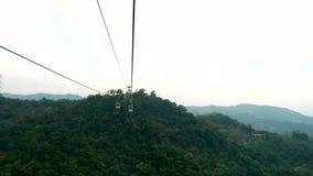 Gondola di Maokong con la montagna intorno archivi video