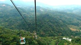 Gondola di Maokong con la montagna intorno video d archivio
