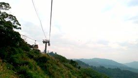 Gondola di Maokong con la montagna intorno stock footage