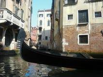 Gondola di quiete nei vicoli indietro di Venezia Immagine Stock