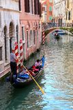 Gondola di rematura delle gondoliere con i turisti sul canale stretto a Venezia Fotografie Stock Libere da Diritti