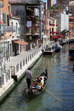 Gondola e case urbane a Venezia Fotografia Stock