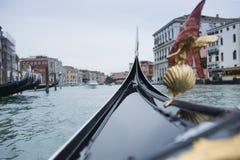 Gondola żegluje na kanale w Wenecja zdjęcia stock