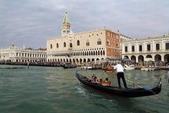 Gondola i wierza San Marco w Wenecja, Włochy obrazy royalty free