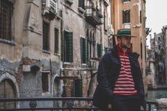 Gondola mężczyzna w Venice obrazy stock